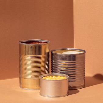Vista frontal de milho preservado em latas