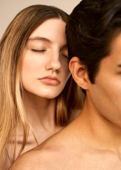 Vista frontal de mulher atraente e homem sem camisa