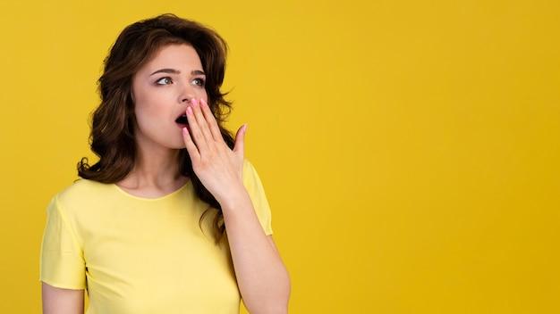Vista frontal de mulher bocejando