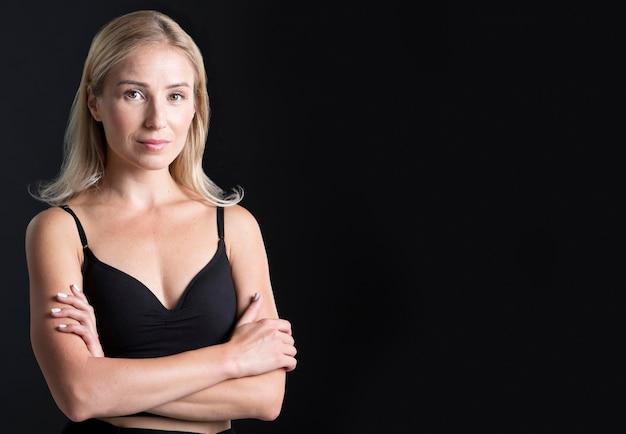 Vista frontal de mulher bonita com espaço de cópia