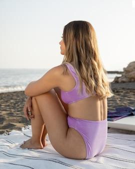 Vista frontal de mulher bonita na praia