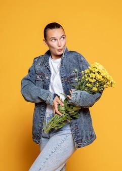 Vista frontal de mulher com buquê de flores