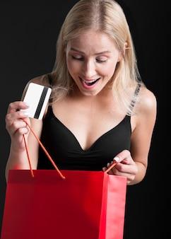 Vista frontal de mulher com conceito de sacola de compras