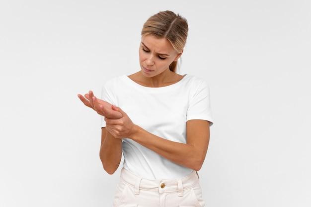 Vista frontal de mulher com dor no pulso
