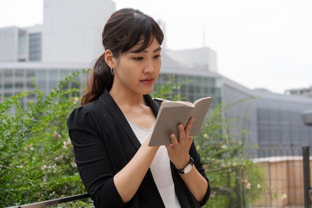 Vista frontal de mulher escrevendo em agena