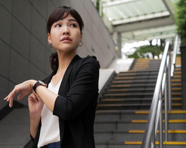 Vista frontal de mulher esperando por alguém