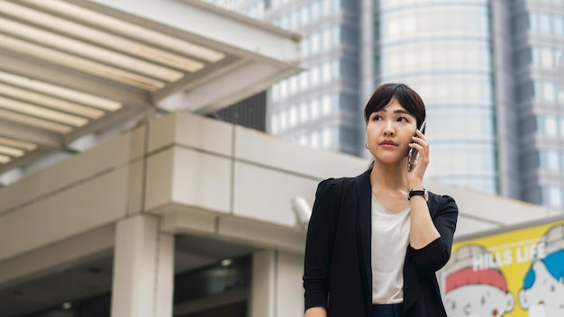 Vista frontal de mulher falando ao telefone