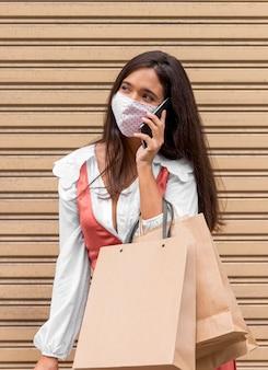 Vista frontal de mulher falando no conceito de telefone