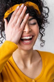 Vista frontal de mulher feliz rindo