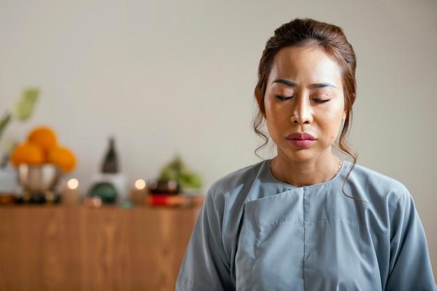 Vista frontal de mulher meditando com espaço de cópia