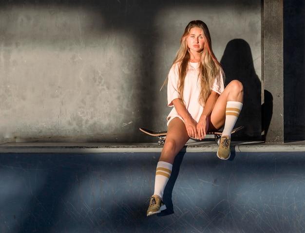 Vista frontal de mulher posando para o ringue de patinação com espaço de cópia