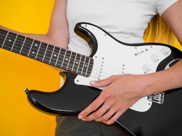 Vista frontal, de, mulher segura guitarra