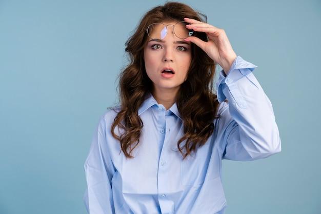 Vista frontal de mulher tirando os óculos em estado de choque
