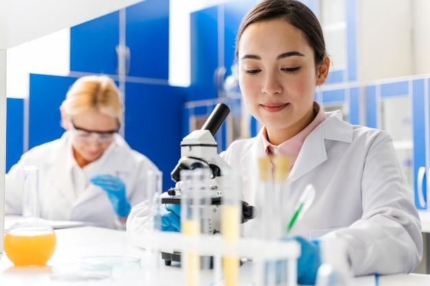 Vista frontal de mulheres cientistas no laboratório