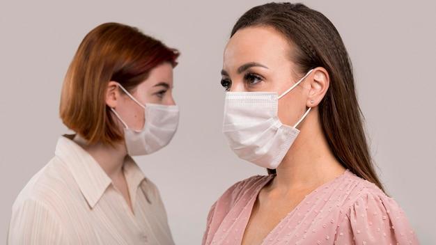 Vista frontal de mulheres com conceito de máscara facial