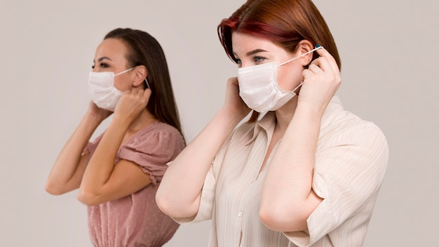 Vista frontal de mulheres com máscara facial