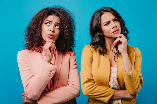 Vista frontal de mulheres pensativas