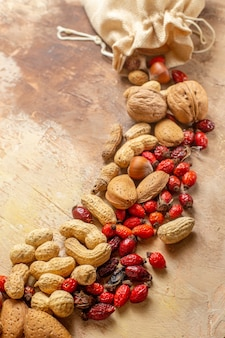 Vista frontal de nozes frescas com amendoim em madeira de nozes de mesa
