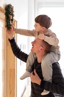 Vista frontal de pai e filho com natal