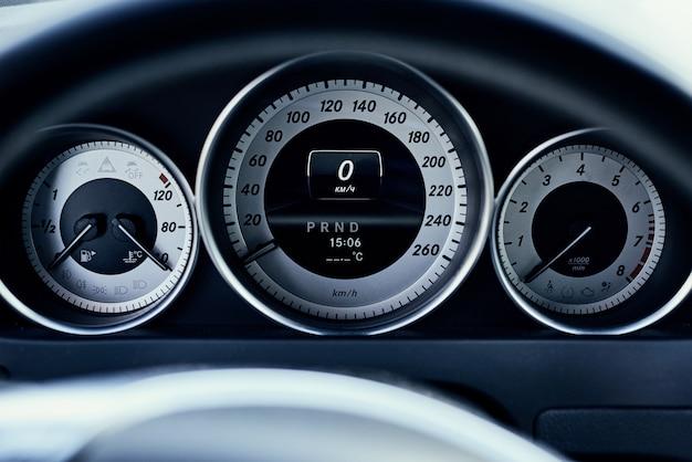 Vista frontal de painel de carro moderno close-up
