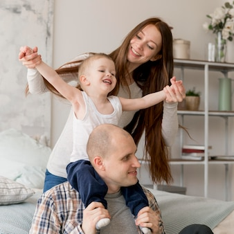 Vista frontal de pais adoráveis com seu filho