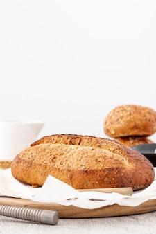 Vista frontal de pão cozido com espaço de cópia