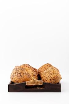 Vista frontal de pão cozido em uma bandeja e copie o espaço