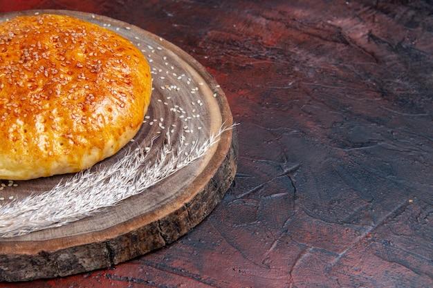 Vista frontal de pão doce assado como pão fresco no fundo escuro