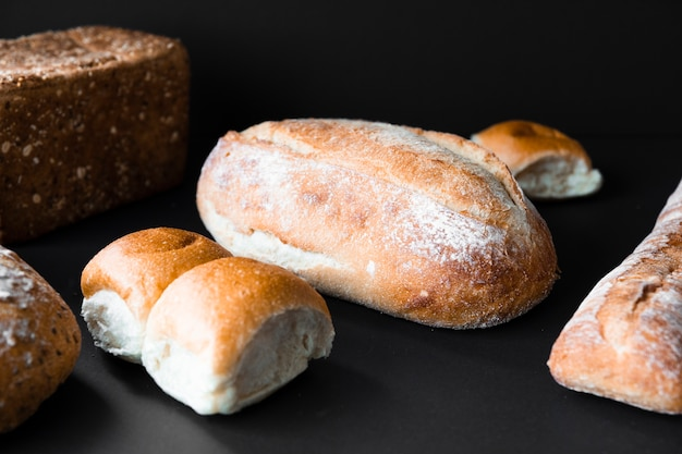 Vista frontal de pão fresco delicioso