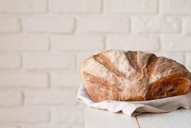 Vista frontal de pão fresco na placa de madeira