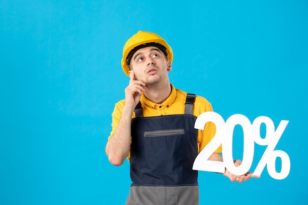 Vista frontal de pensar trabalhador masculino de uniforme com escrita em azul