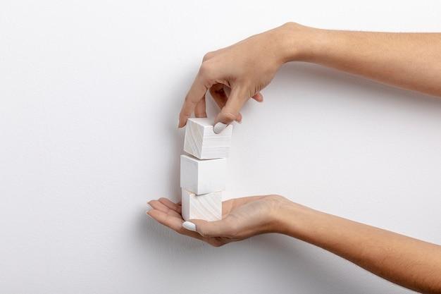 Vista frontal de pequenos cubos de mão
