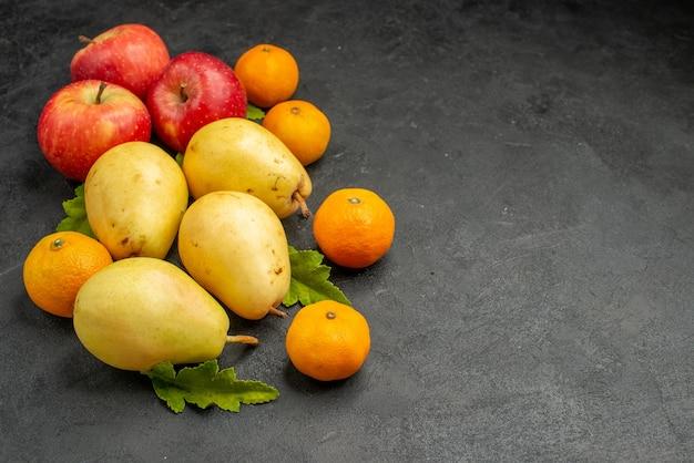Vista frontal de peras doces frescas com tangerinas e maçãs em uma árvore madura de cor de fruta de fundo cinza