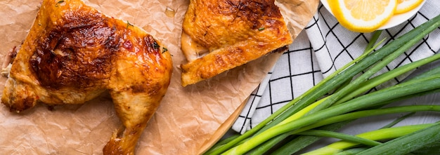 Vista frontal de pernas de frango com cebola verde