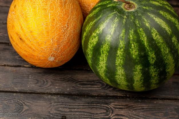 Vista frontal de perto melancia verde e melões no marrom