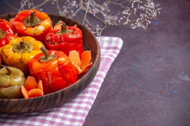 Vista frontal de perto pimentões cozidos com carne moída na superfície cinza comida carne vegetal dolma