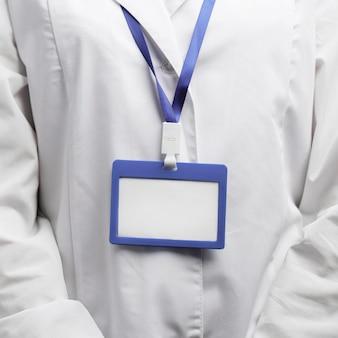 Vista frontal de pesquisadora com crachá