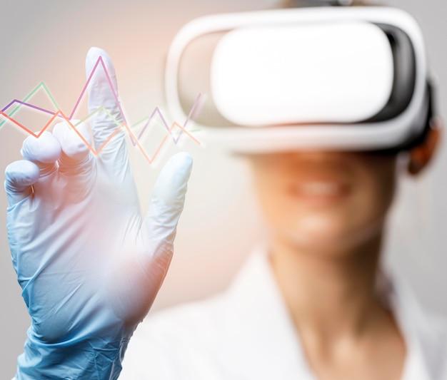 Vista frontal de pesquisadora com fone de ouvido de realidade virtual