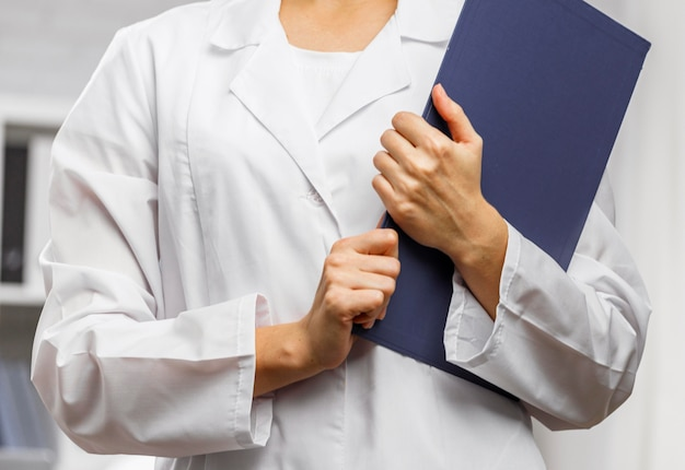 Vista frontal de pesquisadora com prancheta