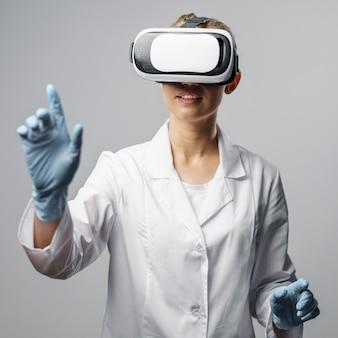 Vista frontal de pesquisadora usando um fone de ouvido de realidade virtual