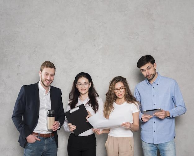 Vista frontal de pessoas de recursos humanos prontas para entrevista