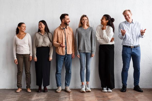 Vista frontal de pessoas sorridentes em uma sessão de terapia de grupo