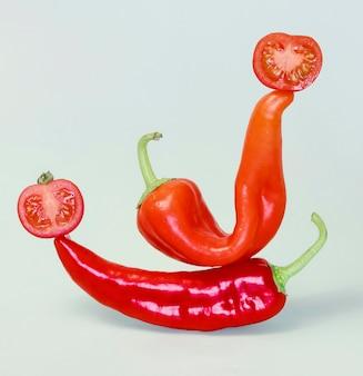 Vista frontal de pimenta com tomate