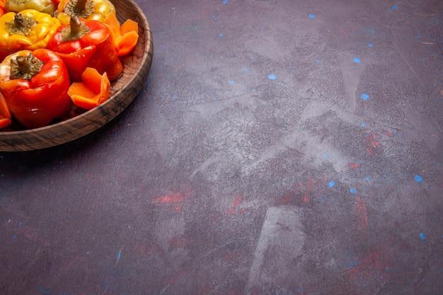 Vista frontal de pimentões cozidos com carne moída dentro de um fundo cinza refeição comida carne vegetal cozinhar