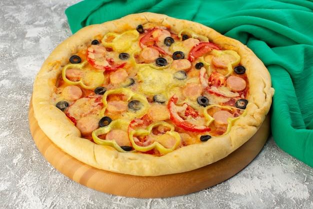 Vista frontal de pizza saborosa de queijo com salsichas de azeitonas pretas e tomates vermelhos em cinza