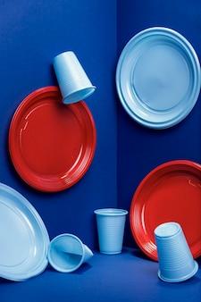Vista frontal de placas de plástico e copos de plástico