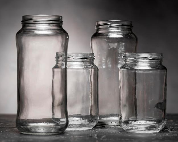 Vista frontal de potes de vidro transparente para decapagem