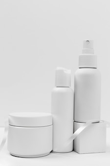 Vista frontal de produtos cosméticos com espaço de cópia