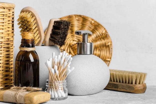 Vista frontal de produtos de limpeza ecológicos com cotonetes e escovas