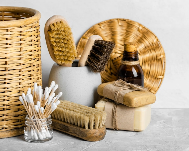 Vista frontal de produtos de limpeza ecológicos com escovas e cotonetes